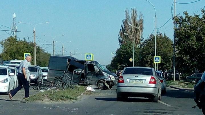 В Ростове протараненный джипом микроавтобус снес забор
