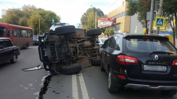 На Димитрова УАЗ перевернулся на дороге после ДТП с тремя машинами