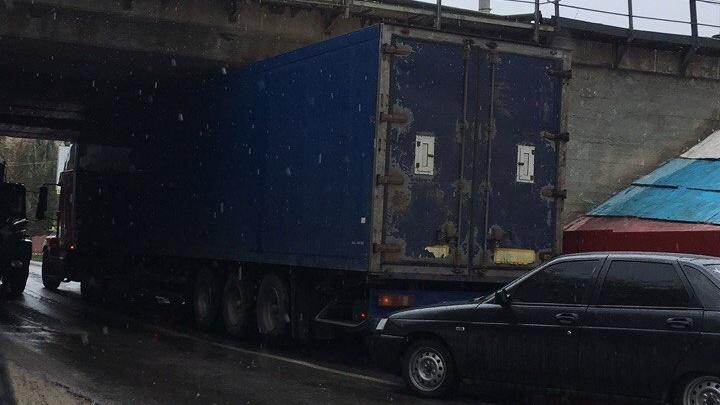 Очередной большегруз застрял под мостом в Волгограде