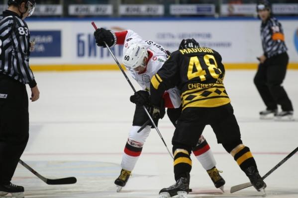 Упорная борьба на льду шла до последних секунд матча