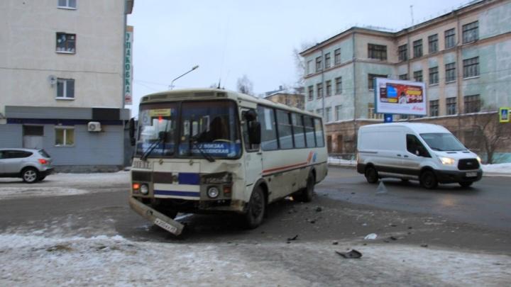 На проспекте Троицком автобус столкнулся с иномаркой