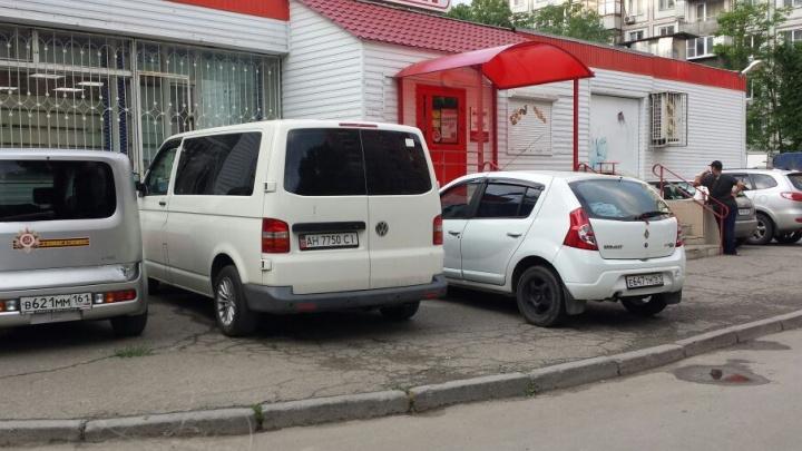 Паркуюсь, как чудак: еще одна фотоподборка хамов на ростовских дорогах