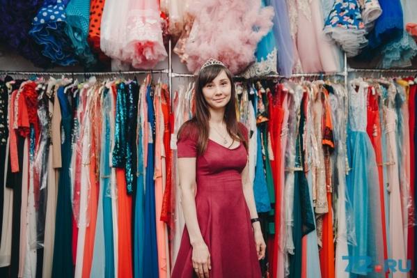 Ирина не носит платья из своего пункта проката. Может разве что нарядиться иногда для нарядного фото