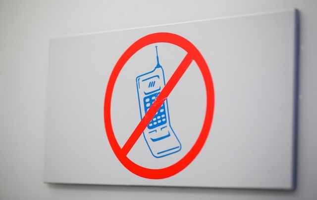 Тюменские эксперты хотят, чтобы у детей на время уроков изымали мобильные