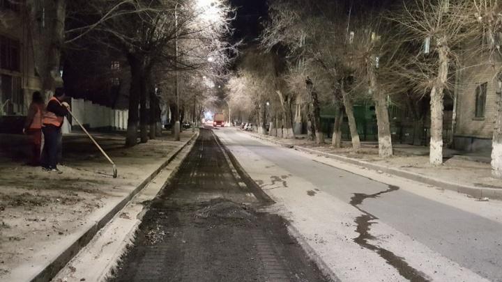 На улице Советской в центре Волгограда начали менять прошлогодний асфальт