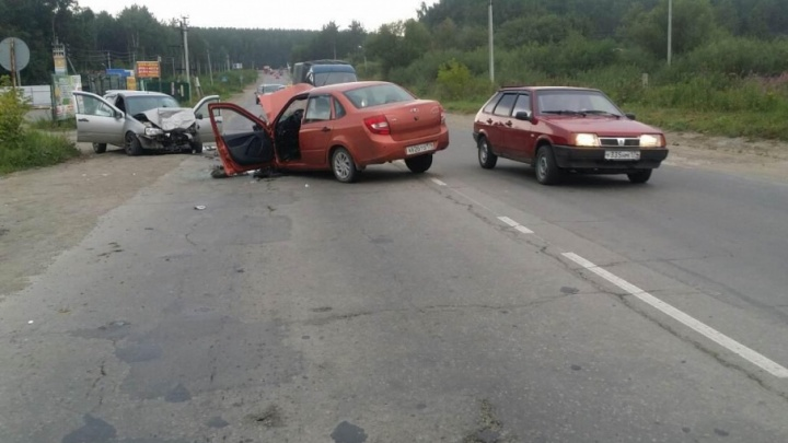 Две «Лады» сошлись в лобовом на дороге в Челябинской области: водители в больнице