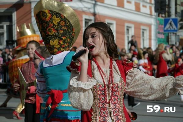 В День города на улице Ленина прошел праздничный карнавал