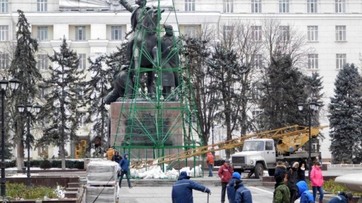 В Ростове на площади Советов начали установку новогодней ели