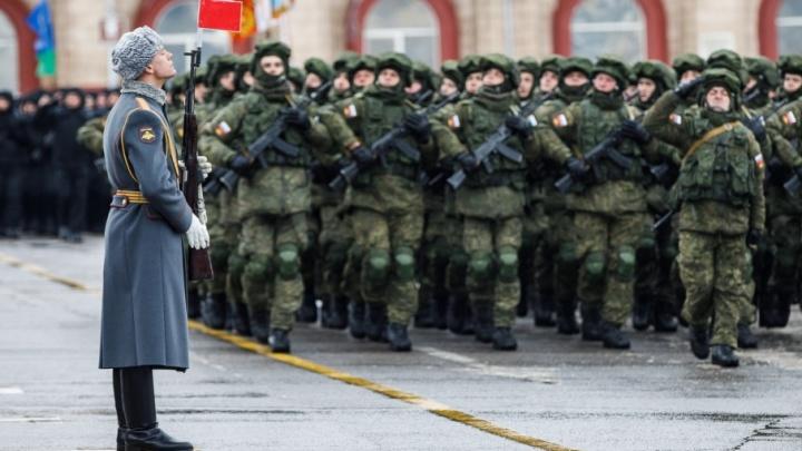На площади Павших Борцов в Волгограде начался военный парад