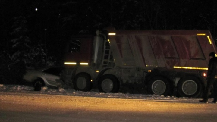 В Плесецком районе в столкновении с грузовиком погиб пассажир иномарки