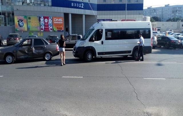 В Тольятти автоледи неправильно перестроилась и врезалась в маршрутку