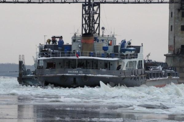 «Окский» принесло на середину реки подвижками льда