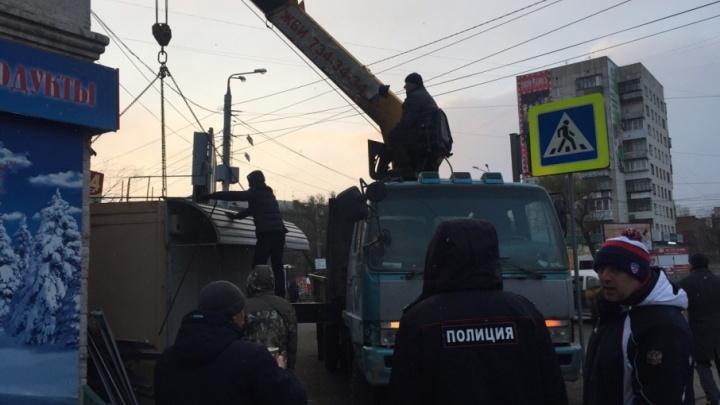 Вот хозяин удивится: под покровом темноты в Челябинске вывезли незаконный киоск