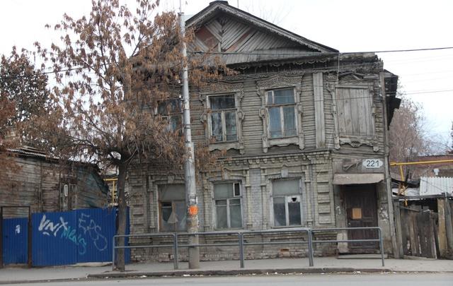 В Самаре неприглядные фасады скроют за высоким забором