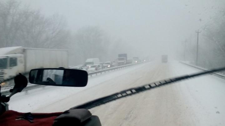 «Стоит все!»: автомобилисты буксуют на заснеженных дорогах Самары и области