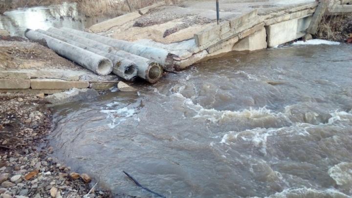 В Прикамье реки вышли из берегов: в Чусовском районе размыло мост, в Уинском — подтопило дворы в селе