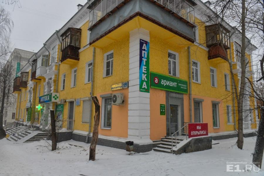 Героиня, которая вспоминала детство, жила в этом доме – на перекрёстке Краснофлотцев и Старых Большевиков