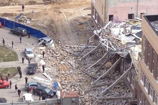 На кадрах с места ЧП видно, что в трёхэтажной школе рухнула целая секция – это был строящийся спортзал.