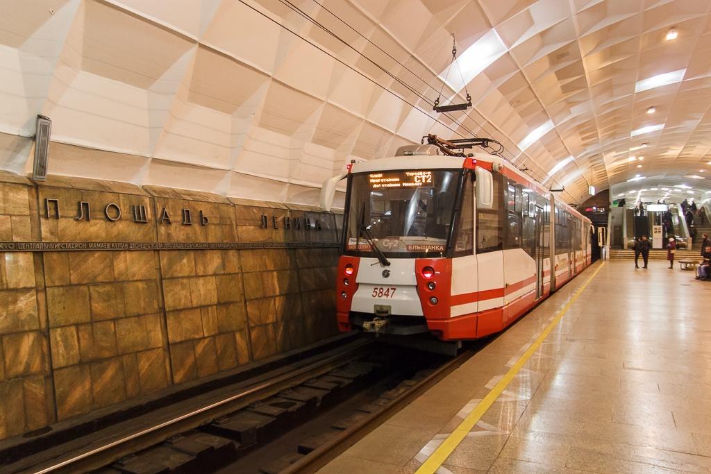 Ныряющий под землю трамвай традиционно восхищает гостей города