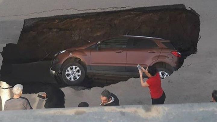 Размыло грунт: в Ростове под землю полностью провалилась иномарка