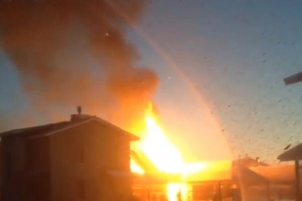 Местные жители уже с утра постят в социальных сетях снимки с пожаром