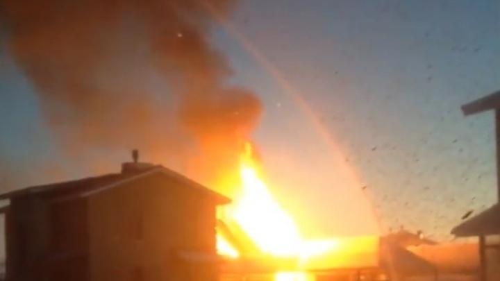 В элитном тюменском поселке 26 пожарных тушили баню