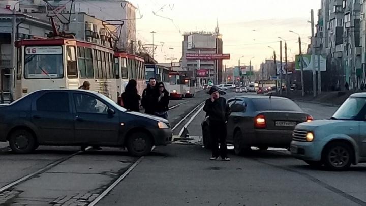 Движение трамваев от вокзала до центра закрыто из-за аварии на путях