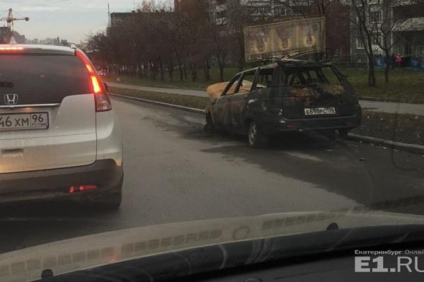 На Куйбышева сгоревший ВАЗ простоял на дороге неделю.
