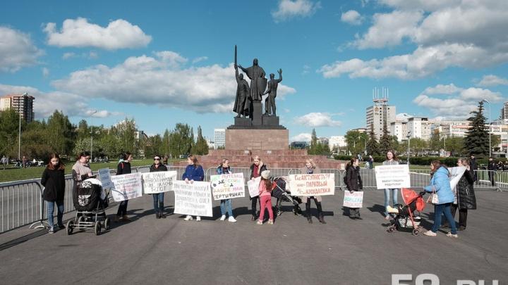 Нехватка мест в детсадах и поборы в школе: пермские родители вышли на пикет за доступное образование