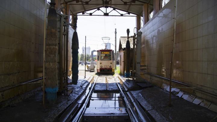 Душ два раза в день: как в Челябинске моют трамваи