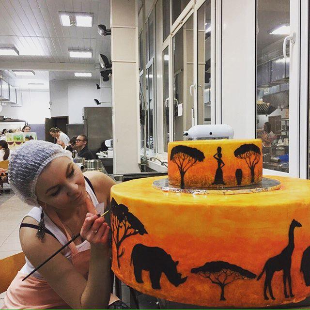 Ирина оформляет торт «Юг» на одном из профессиональных конкурсов