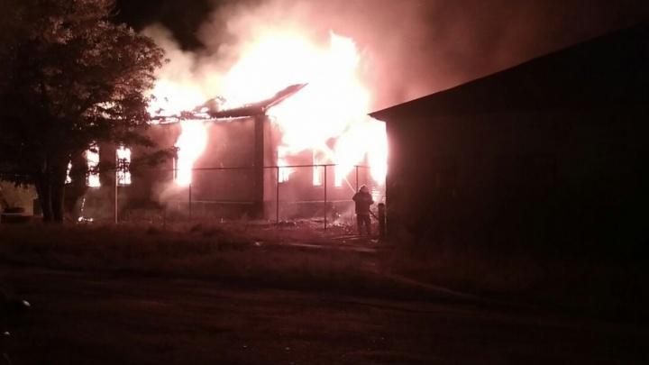 В Волгоградской области пожарные больше восьми часов тушили полыхающее училище