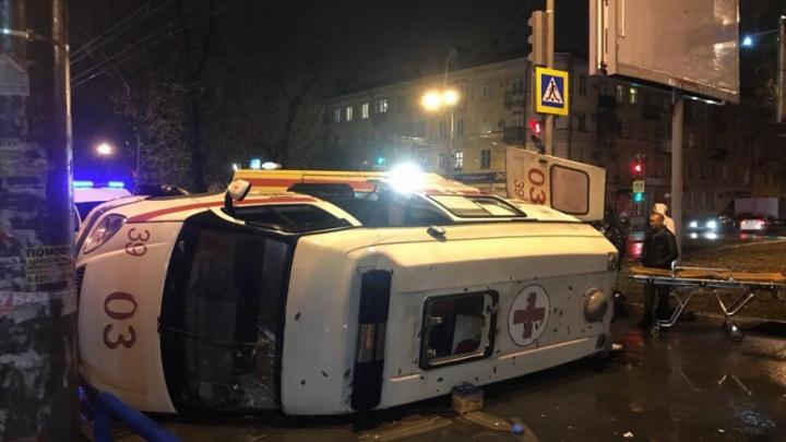 «Приора» ударила в заднее колесо»: из-за ДТП автомобиль скорой перевернулся нaбок