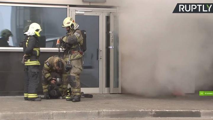«Дышать нечем, в горле першит»: во Внукове люди застряли в зоне прилёта из-за пожара