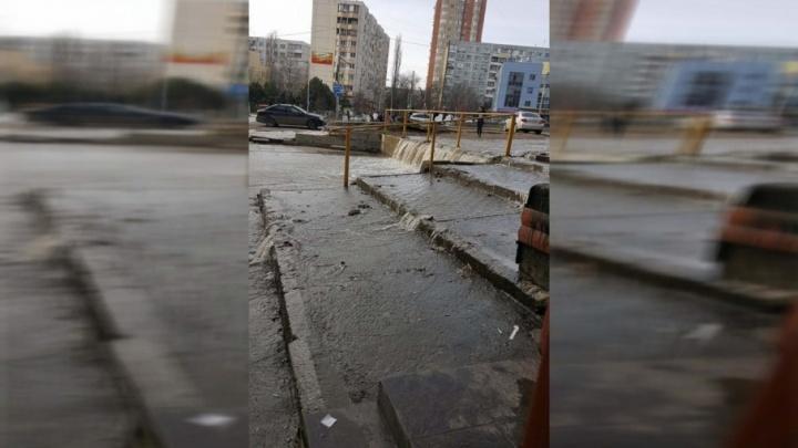 Коммунальная Венеция: из-за прорыва трубы в Ростове затопило улицу