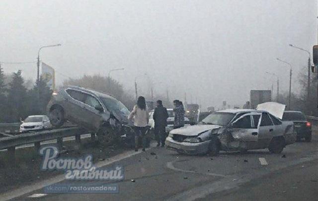 На донской трассе после столкновения автомобиль повис на дорожном ограждении