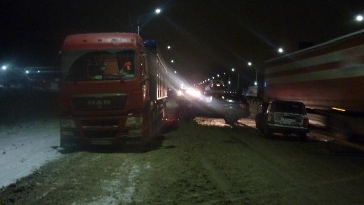 ДТП на встречке: после удара иномарку отбросило на грузовик