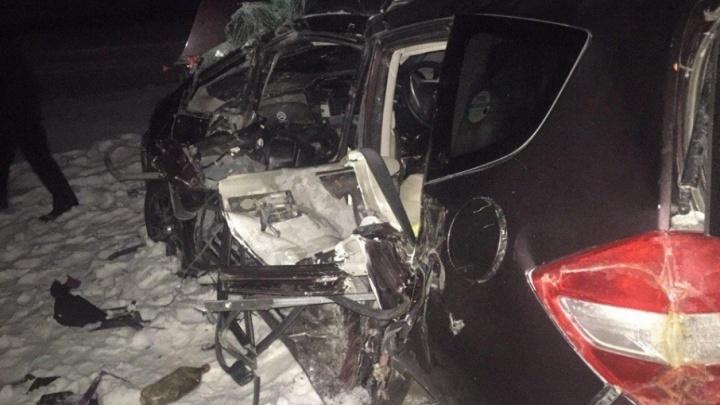 Две женщины и двое детей пострадали в столкновении бензовоза и легковушки на тюменской трассе