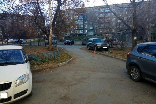 Автомобиль двигался во дворе задним ходом и сбил женщину.