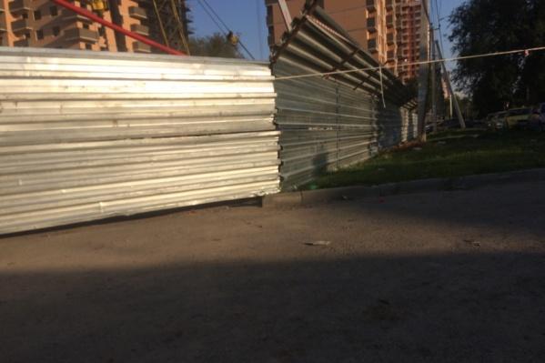 Рабочие установили ограждения прямо на тротуаре и перегородили на нем проход