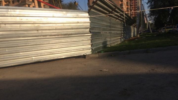 «Невозможно пройти»: строительный забор на тротуаре в центре Ростова мешает пешеходам