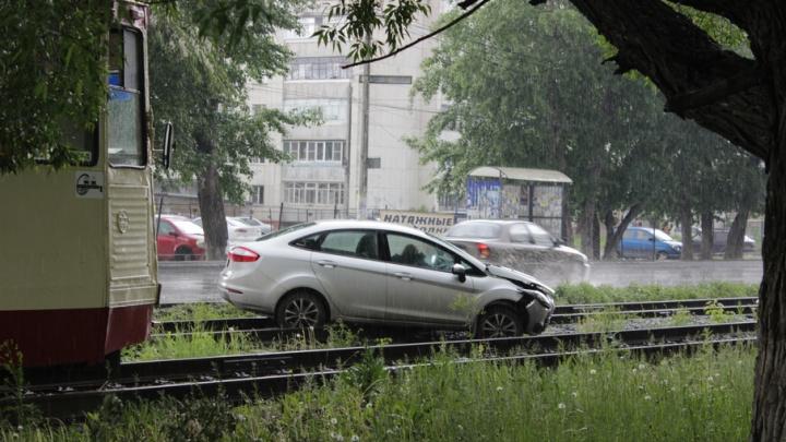 В Ленинском районе Челябинска из-за ДТП встали трамваи