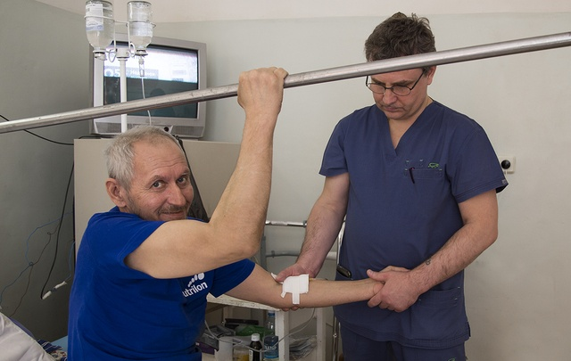 Челябинские травматологи собрали пациенту таз, раздробленный на осколки