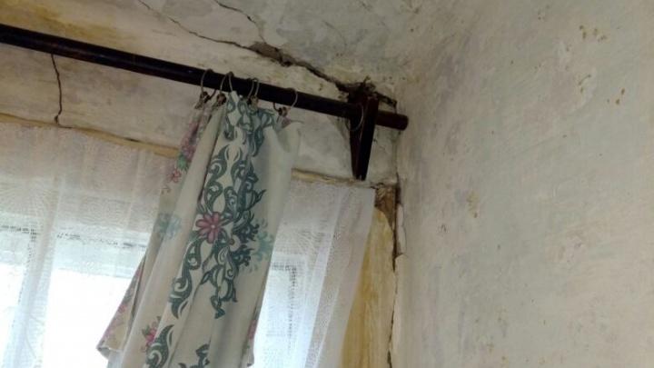Жители дома-руины на Козловской боятся погибнуть под его обломками