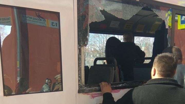 «Стекло посыпалось на пассажиров»: на Мехзаводе КАМАЗ протаранил пассажирский автобус