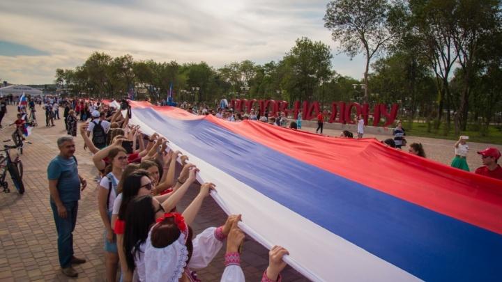Самый большой триколор и лазерное шоу: в Ростове прошел День России