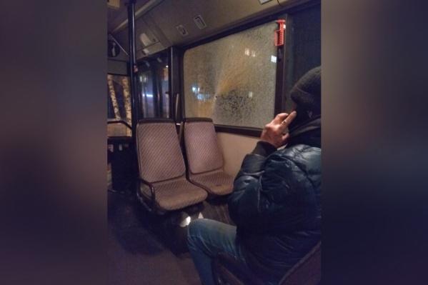 Пуля повредила окно над пассажирскими сиденьями