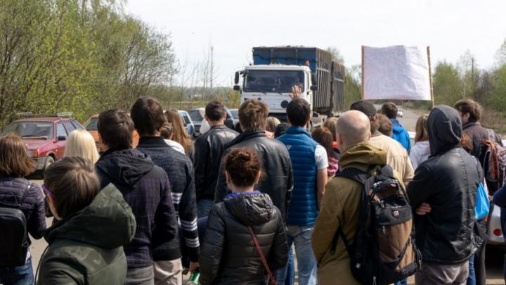 Полицейские начали задерживать ярославцев, выступающих против ввоза московского мусора