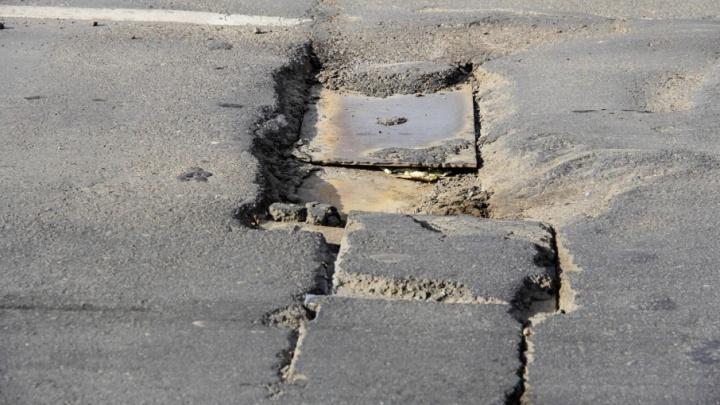 Ямы, дыры и расходящиеся швы: проверяем, как «отремонтировали» мост на Малиновского
