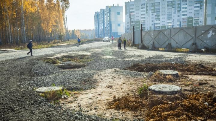 Пока только грунтовка: власти пообещали благоустроить дорогу к новой школе в «Парковом»